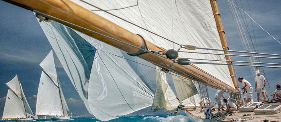 «Mariska», un 15-mètres JI, construit en 1908, régate avec d'autres plans Fife.