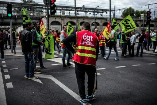 Des employés de la SNCF en grève devant la gare de Lyon Perrache le 1er juin 2016 © JEFF PACHOUD AFP/Archives
