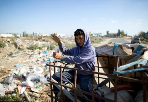 Karam al-Zaaneen, 13 ans, collecte des boutiques en plastique sur une décharge le 18 mai 2016 à Hanun dans le nord de Gaza © MAHMUD HAMS AFP