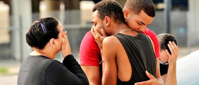 Des proches et des membres de la famille des victimes de la fusillade d'Orlando se réconfortent.
