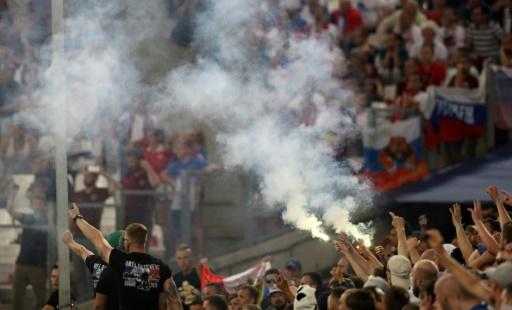 Des supporters russes avec des fumigènes et des feux de Bengale lors du match Angleterre Russie le 11 juin 2016 au stade Vélodrome à Marseille © Valery HACHE AFP