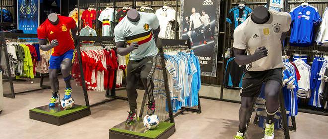 Dans un magasin d'articles de sport. Les maillots de foot sont un véritable business, qui rapporte beaucoup d'argent.