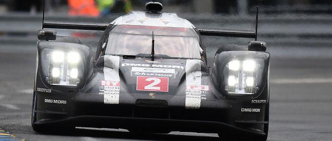 La Porsche n° 2 s'impose à la surprise générale en bénéficiant de la faillite de la Toyota n° 5.