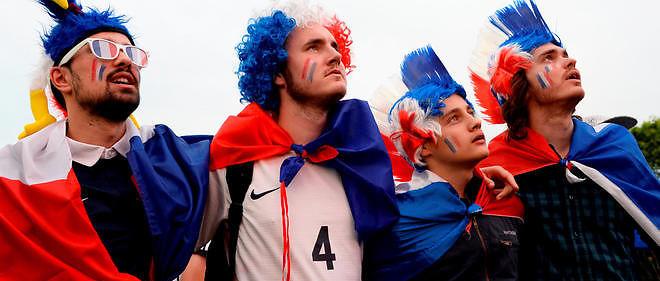 Supporteurs français regardant un match des Bleus dans une fan-zone.