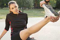 Étirer le muscle suffit généralement pour faire disparaître une crampe.