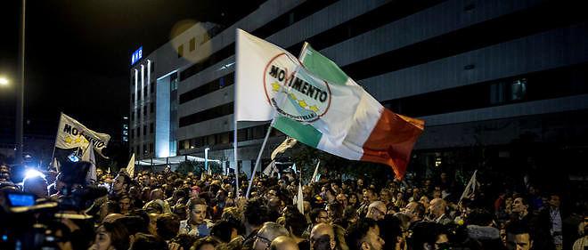 Partisans du Mouvement 5 étoiles (M5S) célébrant à Rome la victoire de leur candidate, Virginia Raggi, aux élections municipales.