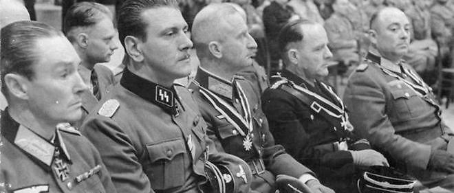 Otto Skorzeny, haut gradé nazi (le deuxième à gauche), photographié le 3 octobre 1943.