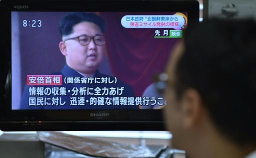 Reportage à la télévision japonaise sur le tir de missile nord-coréen, le 21 juin 2016 à Tokyo © KAZUHIRO NOGI AFP