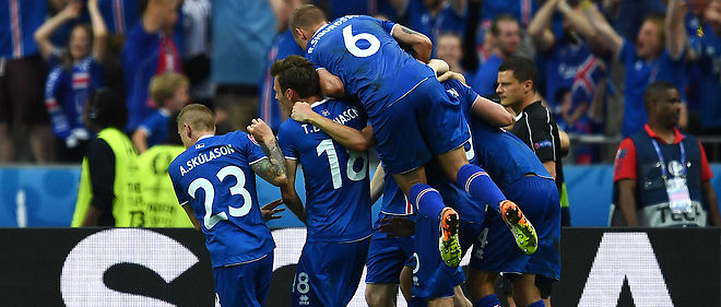 Iceland's players celebrate after Iceland's midfielder Arnor Ingvi Traustason scored during the Euro 2016 group F football match between Iceland and Austria at the Stade de France stadium in Saint-Denis, near Paris on June 22, 2016. / AFP PHOTO / FRANCK FIFE