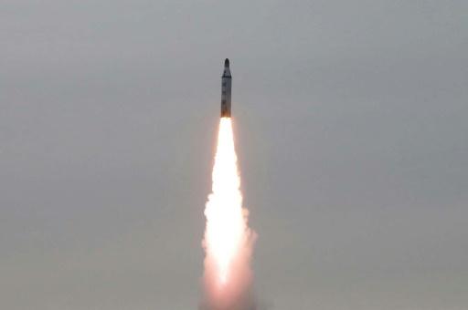 Photo fournie par l'agence de presse nord-coréenne (KCNA) le 24 avril 2016 d'un tir de missile nord-coréen, depuis un lieu non précisé © KCNA KCNA VIA KNS/AFP/Archives