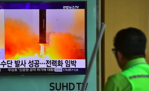 L'essai d'un nouveau missile nord-coréen, suivi à la TV depuis Séoul le 23 juin 2016 © JUNG YEON-JE AFP