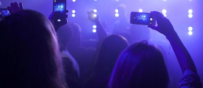 Depuis des annees, les telephones portables s'imposent dans les concerts. (C)Frank Van Delft