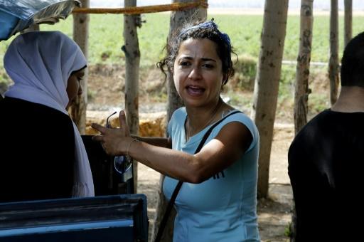 Sabine Choucair,directrice artistique du programme, dirige des jeunes Syriens qui répètent une pièce de théâtre qui exprime le mal-être des réfugiés au Liban, le 22 juin 2016 à Bar Elias © JOSEPH EID AFP