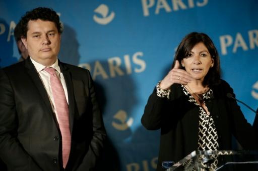 """La maire de Paris Anne Hidalgo (d) annonce son intention de créer un """"camp humanitaire de réfugiés"""" à Paris, le 31 mai 2016 © MATTHIEU ALEXANDRE AFP/Archives"""