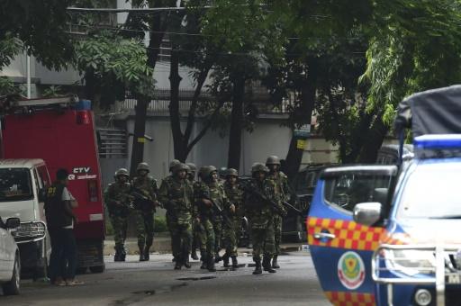 Des soldats prennent position autour du restaurant de Dacca, au Bangladesh, où des dizaines de personnes sont prises en otages, le 2 juillet 2016 © STR APF/AFP