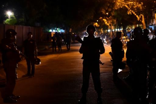 Des forces du sécurité bangladaises sécurisent le périmètre à l'extérieur du restaurant où une prise d'otages revendiquée par le groupe Etat islamique (EI) était en cours, le 2 juillet 2016 à Dacca © STR AFP
