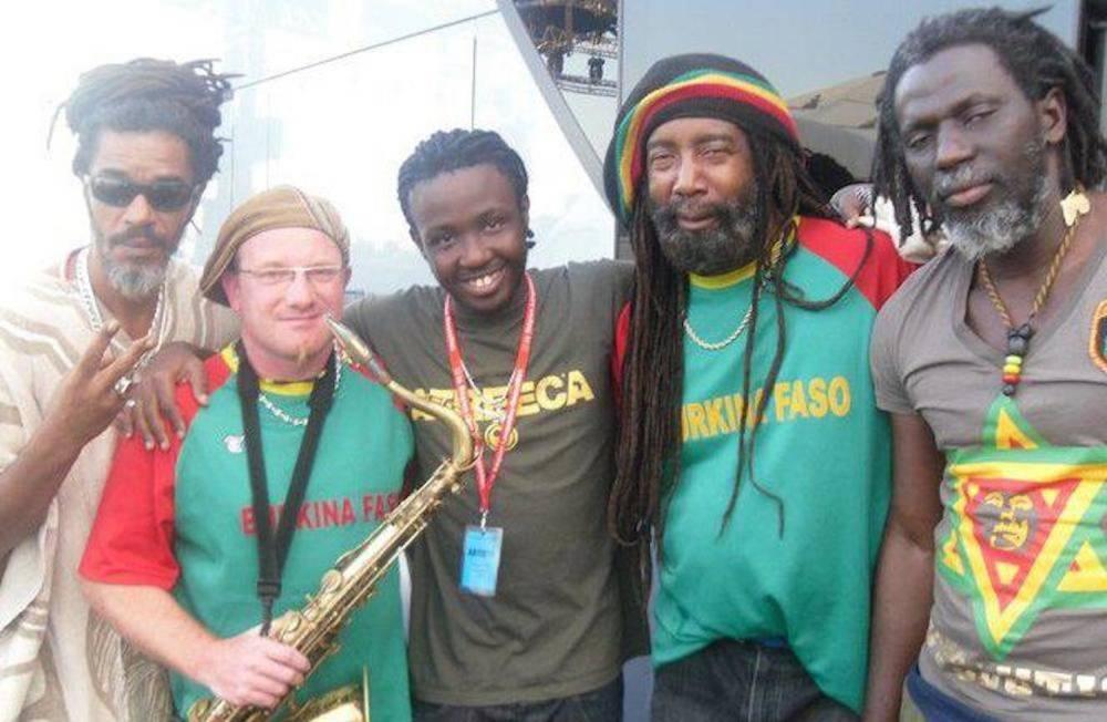 Tiken Jah Fakoly entouré de ses musiciens, dont JB Moundélé. ©  JB Moundélé