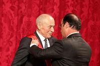 Le 9 octobre 2015, François Hollande remettait la grand-croix de la Légion d'honneur à Michel Rocard au palais de l'Élysée.