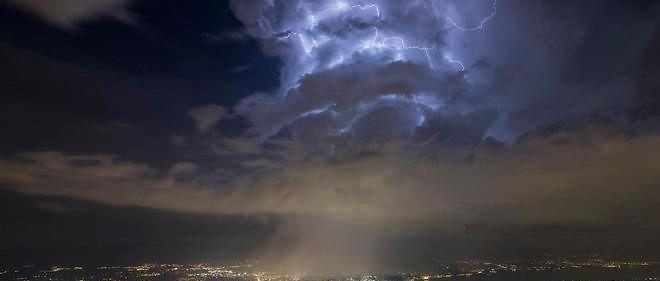 Un simple nuage d'éclairs au-dessus de Genève, photographié le 24 juin 2016, agite les imaginations en ligne...
