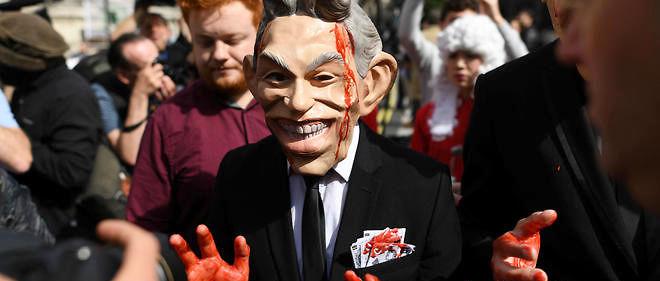 """""""Blair a menti, des milliers de personnes sont mortes"""", criaient les manifestants ce mercredi, dont certains avaient enfilé un masque à l'effigie de l'ancien Premier ministre et s'étaient peint les mains en rouge."""