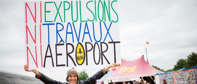 L'activiste Jean-Baptiste porte une pancarte sur le site prévu pour l'aéroport de Notre-Dame-des-Landes.