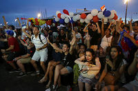 Des supporteurs célèbrent la victoire de la France face à l'Allemagne. ©JEAN CHRISTOPHE MAGNENET