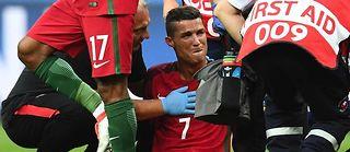Les larmes de Cristiano Ronaldo, obligé de quitter ses coéquipiers dans la première demi-heure de jeu pendant la finale face à l'équipe de France. ©FRANCK FIFE