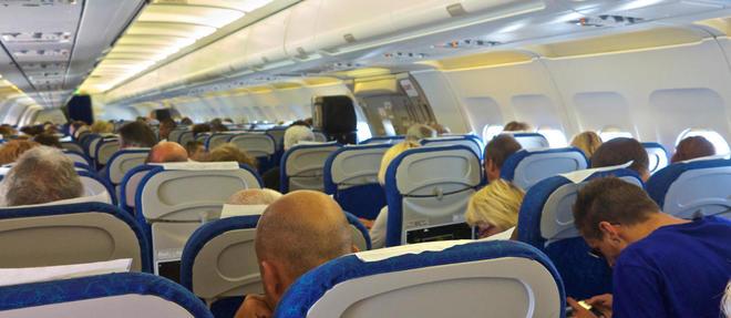 Le risque de phlébite est augmenté par les voyages en avion. Les spécialistes recommandent de porter des bas de contention pendant les vols de plus de 4 heures. ©Guy Thouvenin