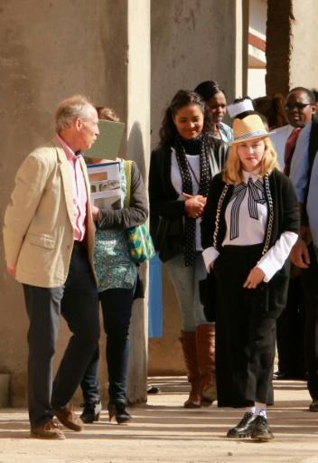 Madonna a visité dimanche le chantier de l'unité de chirurgie pédiatrique qu'elle finance à Blantyre, la capitale économique du Malawi © ELDSON CHAGARA AFP