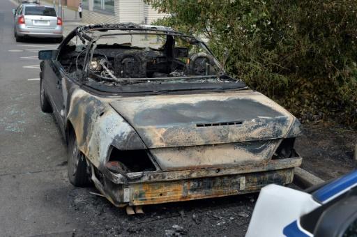 Outre les policiers blessés par des jets de pierre, de bouteille ou par des coups, et les interpellations, la police a fait état de nombreuses voitures incendiées et de vitrines de magasin brisées © Maurizio Gambarini dpa/AFP
