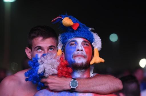 Déception des supporters français après la finale perdue face au Portugal, le 10 juillet 2016 dans la fanzone de Marseille © BORIS HORVAT AFP