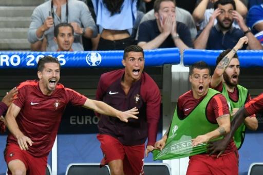L'attaquant portugais Cristiano Ronaldo (c) exulte depuis le banc à l'issue de la finale de l'Euro, le 10 juillet 2016 au Stade de France © PHILIPPE DESMAZES AFP