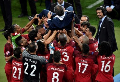 Le sélectionneut portugais Fernando Santos porté en triomphe par ses joueurs après la victoire en finale de l'Euro, le 10 juillet 2016 au Stade de France © PHILIPPE LOPEZ AFP