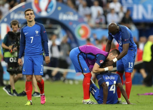 La déception des joueurs français battus en finale de l'Euro par les Portugais, le 10 juillet 2016 au Stade de France  © Valery HACHE AFP