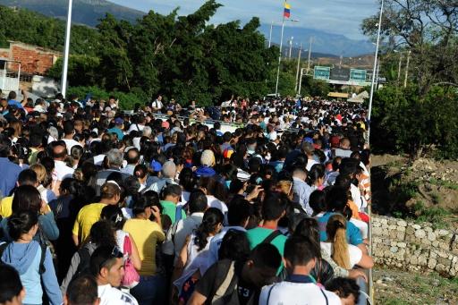 Des Vénézuéliens attendent à la frontière pour aller à Cucuta, en Colombie, s'approvisionner, le 10 juillet 2016 © GEORGE CASTELLANOS AFP
