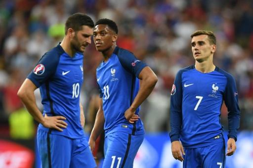 Andre-Pierre Gignac,  Anthony Martial et Antoine Griezmann  après la défaite de la France en finale de l'Euro-2016 le 10 juillet 2016 au Stade de France à Saint-Denis © PATRIK STOLLARZ AFP
