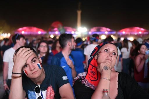 Déception des supporters français à l'issue de la finale de l'Euro-2016, le 10 juillet 2016 sur la fan zone à Marseille  © NICOLAS TUCAT AFP