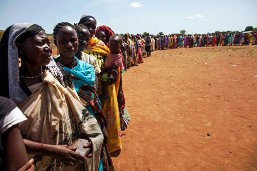 Des personnes déplacées par des combats armés arrivées à Wau, au Soudan du Sud, attendent d'être enregistrées par l'Organisation Internationale pour les Migrations (OIM) et le Programme alimentaire mondial (PAM) le 11 mai 2016 © ALBERT GONZALEZ FARRAN AFP/Archives