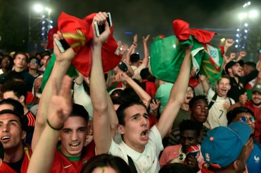 Joie des supporters portugais à l'issue de la finale de l'Euro-2016, le 10 juillet 2016 dans la fan zone du Champ-de-Mars à Paris © ALAIN JOCARD AFP