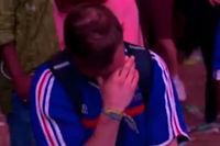 Ce supporteur français est en larmes. Quelques instants après, un enfant portant le maillot de la Selecção va venir le réconforter.