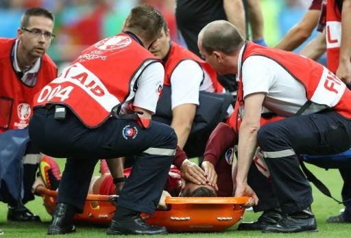 L'attaquant vedette du Portugal Cristiano Ronaldo, blessé au genou gauche en finale de l'Euro face à la France, est évacué de la pelouse du Stade de France sur une civière, le 10 juillet 2016 © Valery HACHE AFP