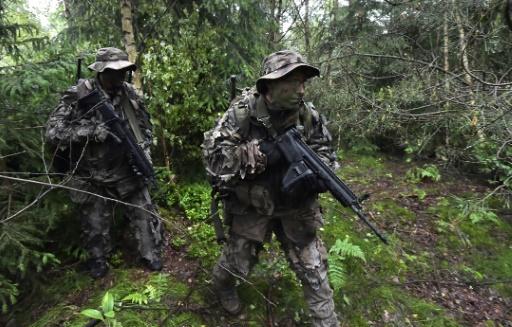 Les hussards du 2e Régiment de Haguenau en formation pour de futures missions de renseignement, le 5 juin 2016 dans les Vosges © PATRICK HERTZOG AFP