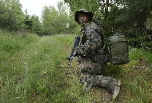 Un hussard du 2e Régiment de Haguenau en formation pour de futures missions de renseignement, le 5 juin 2016 dans les Vosges © PATRICK HERTZOG AFP
