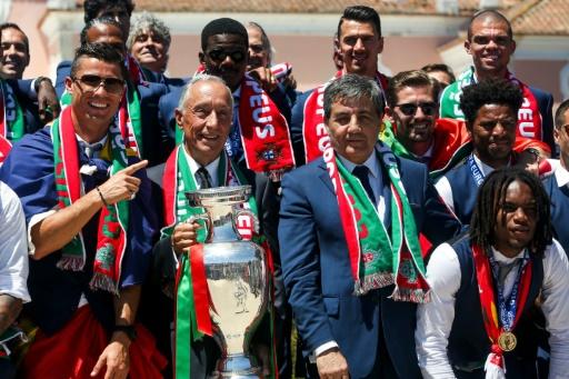 Les joueurs portugais posent avec le trophée de l'Euro et le président du Portugal, le 11 juillet 2016 à Lisbonne © NUNO FOX AFP