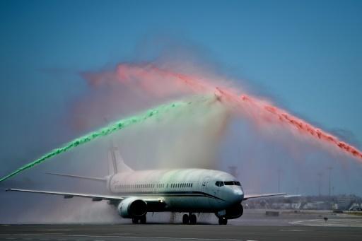 """Les pompiers de l""""aéroport de Lisbonne pulvérisent de la mousse aux couleurs du Portugal sur l'avion transportant la sélection, le 11 juillet 2016 © PATRICIA DE MELO MOREIRA AFP"""