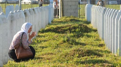 Une survivante de Srebrenica prie pour ses proches, dont les dépouilles ont été inhumées lundi © ELVIS BARUKCIC AFP