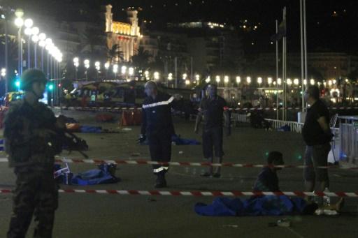 Soldats et policiers autour de corps alignés sur la Promenade des Anglais, après l'attaque terroriste le 15 juillet 2016 à Nice © VALERY HACHE AFP