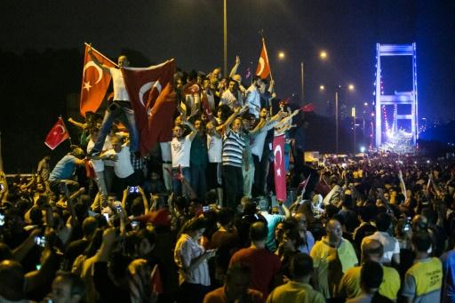 Des manifestants à Istanbul, le 16 juillet 2016 © GURCAN OZTURK AFP