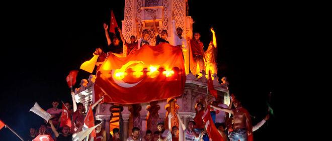Les Turcs dans la rue après la tentative de coup d'État.