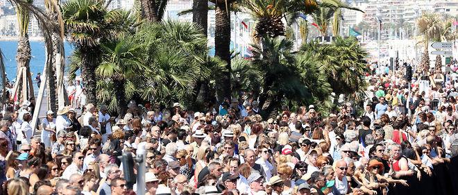 Des milliers de personnes étaient rassemblées sur la promenade des Anglais pour la minute de silence.